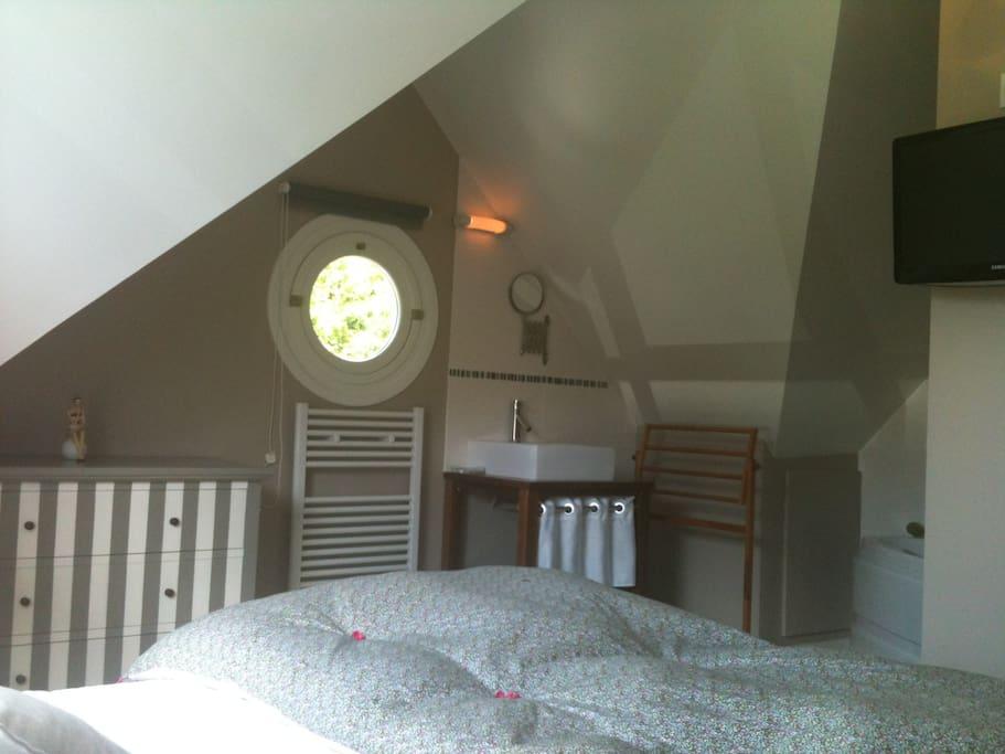 Espace couchage lit 140 avec TV et baignoire balnéo