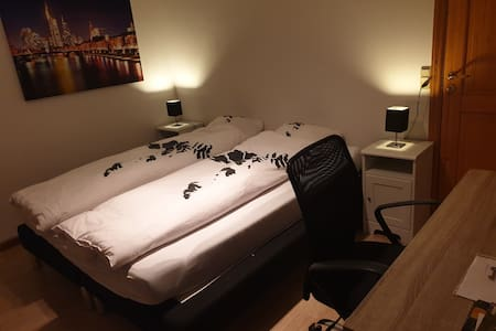 Private guestroom 10min walk from airport (ROOM 1)