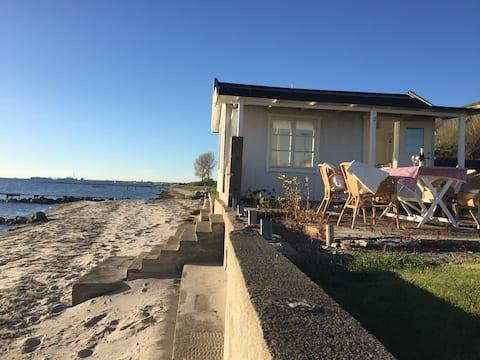 Fortuna Strandhem med stuga vid stranden