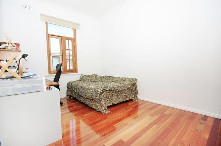 Temporary not available - Croydon - Complexo de Casas