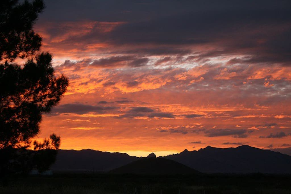 Your vacation awaits you at Hummingbird Ranch. 3 decks, spectacular 360 Mt Views, 3 Ghost Towns, 14 award winning wine vineyards, 2 National Parks to hike and tons of history to explore including Apache history of Geronimo and Cochise.