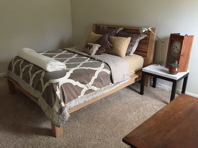 Upstairs Master Room with Queen Bed, on Urban Farm - Lexington - Rumah