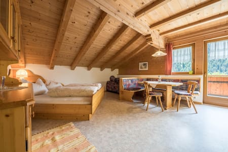 """Cosy holiday apartment """"Haus Hubertus - FeWo 5"""" with Wi-Fi, mountain view, balcony and beautiful view; restaurant and parking available"""