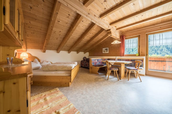 "Cosy holiday apartment ""Haus Hubertus - FeWo 5"" with Wi-Fi, mountain view, balcony and beautiful view; restaurant and parking available"