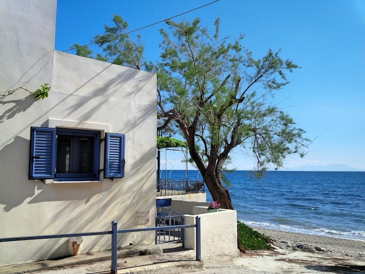 Floras Charming Waterfront Villa