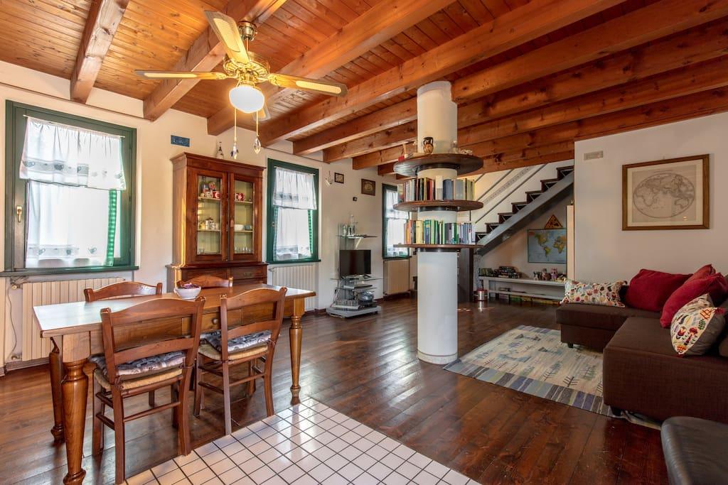 La zona living con una nuova cucina attrezzata ( forno , lavastoviglie, microonde) un grande tavolo allungabile , un comodo divano