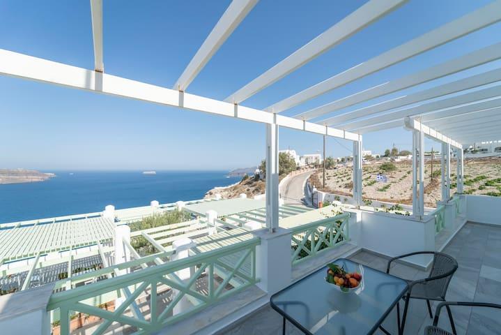 The Cliff Santorini apartment 4-5 people