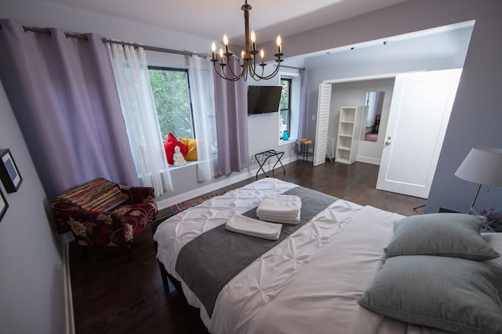 Modern bedroom w private FREE parking spot Uptown