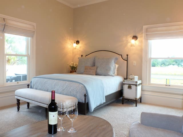 Queen-Ensuite with Shower-Vineyard view-Grayson Room