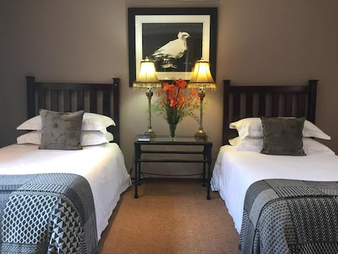The Crown Guesthouse - Luxury Suite Twin Beds