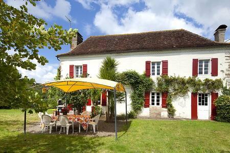 Beautiful farmhouse + swimming pool - Osserain-Rivareyte - Haus