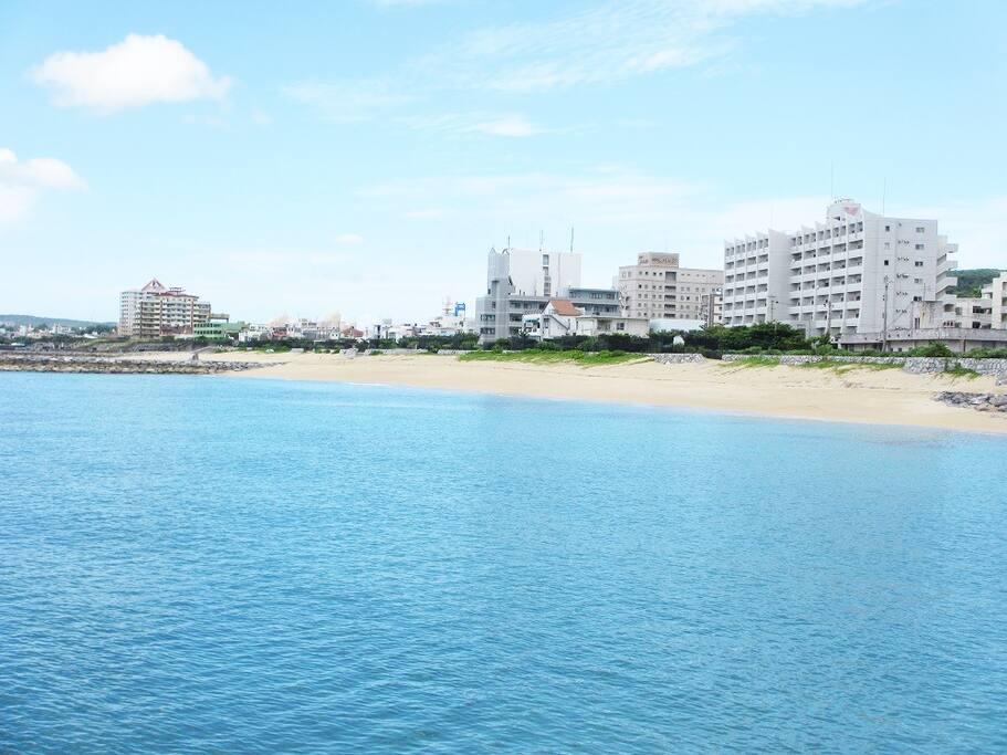 海まで徒歩1分。写真右のコンドミニアムです。 Go to sea 1 minutes by walk. Our guest house is upper right in the picture.