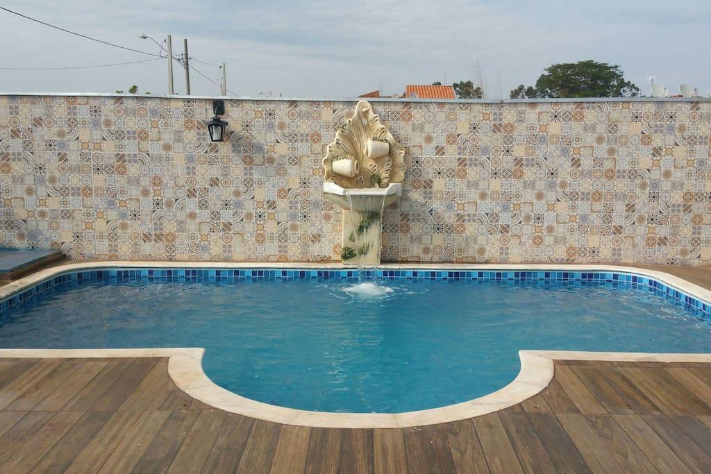 piscina  com hidromassagem e cascata.