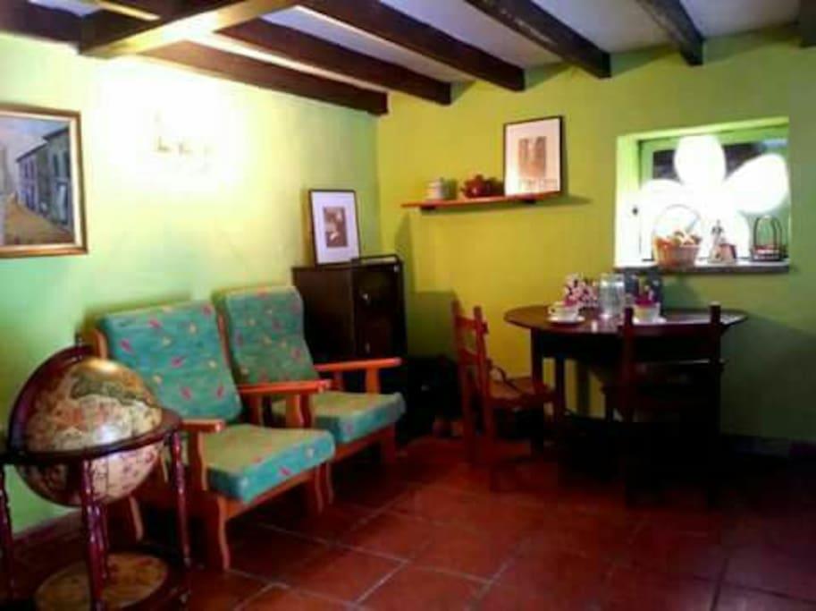 salón comedor con cocina y chimenea