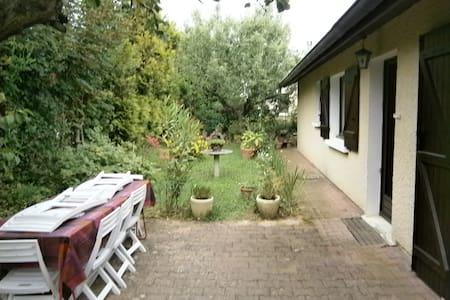 Chambre  n°2 simple à louer proche de Lyon - Saint-Genis-Laval