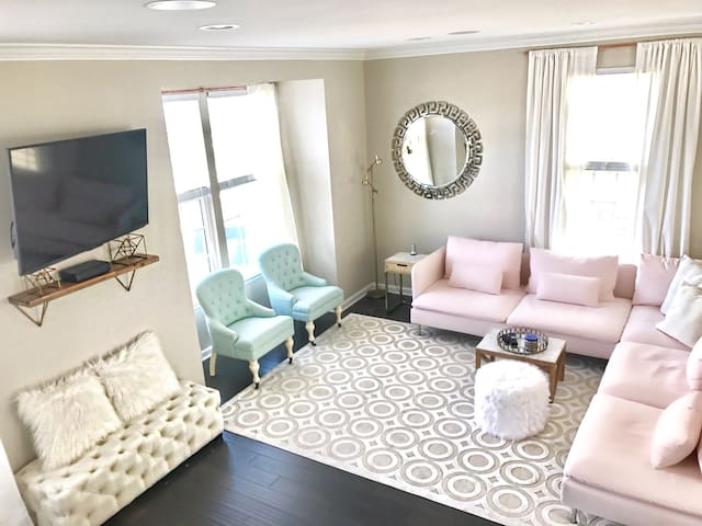 Great for Groups + Close to Downtown + Fun Decor - Charlottesville - House