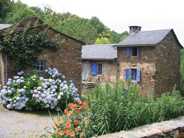 """Ancienne ferme rénovée """"maison au  volets bleu"""" - Curvalle - Casa"""