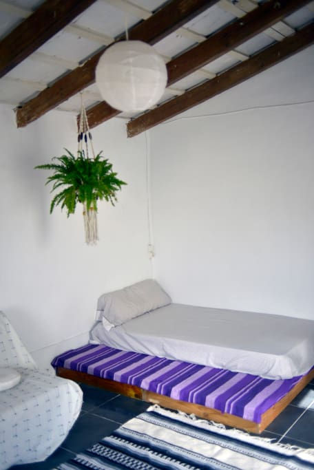 Cama de matrimonio (No es la de la foto) y Sofà-cama que aparece parcialmente.