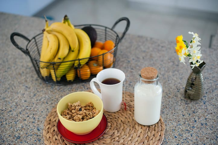 a basic breakfast of cereals (granola, muesli, porridge or weetbix), fresh fruit,  tea, coffee and milk is provided during your stay