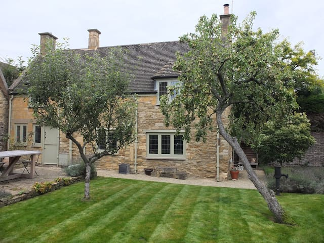 A beautiful Cotswold stone cottage - Chipping Campden - House