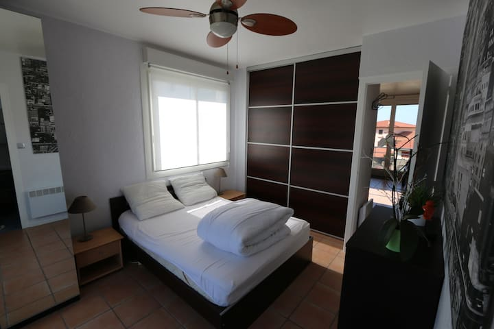 Chambre avec lit double et grand placard