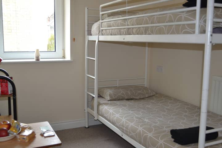 Comfy, Warm, Private Room, 2 Beds Near City Centre