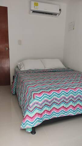 Cama doble, incluye 4 almohadas