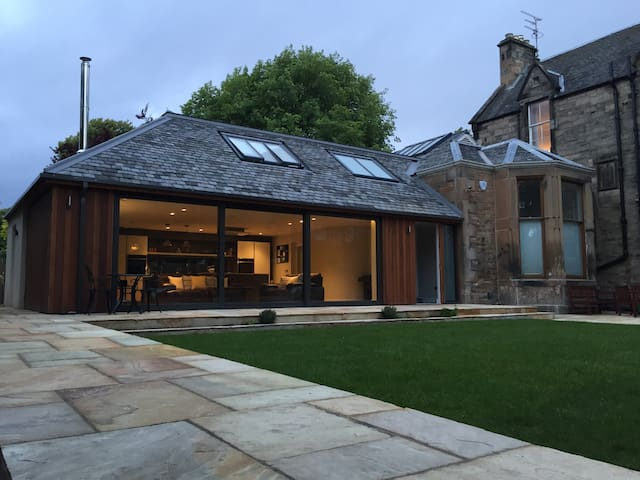 Modern room+ balcony in classic Edinburgh district - Edinburgh - House