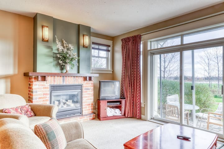 Golf course condo w/ lovely view & shared pool/hot tub - walk to the Village!
