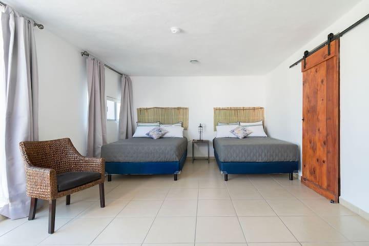 Master bedroom, con camas dobles gemelas y con baño privado. Se cuenta con ventilador de pedestal.