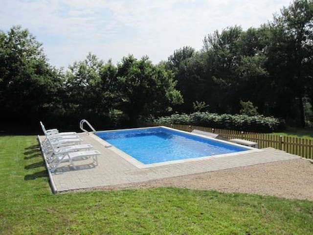 Bramble Cottage with private heated pool and WiFi