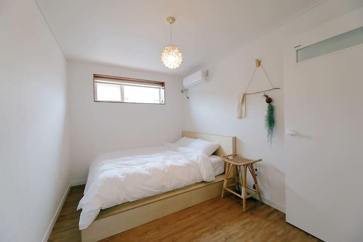 두번째 방 입니다  침대와 화장대 모두 자작나무로 제작했어요 나무향 폴폴 입니다