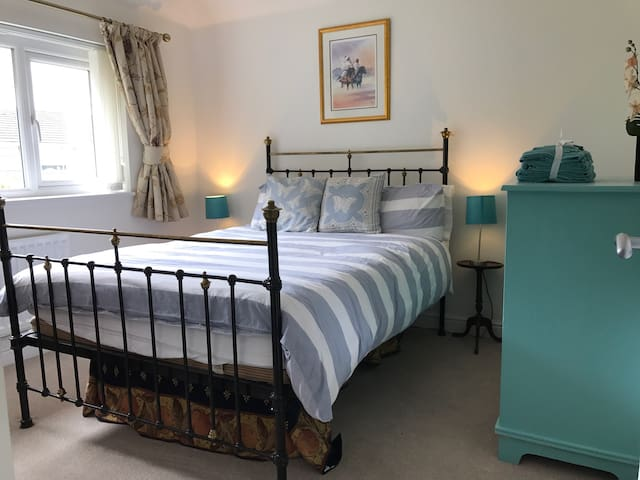 Charming & comfortable double room in quiet area. - Pontardawe - House