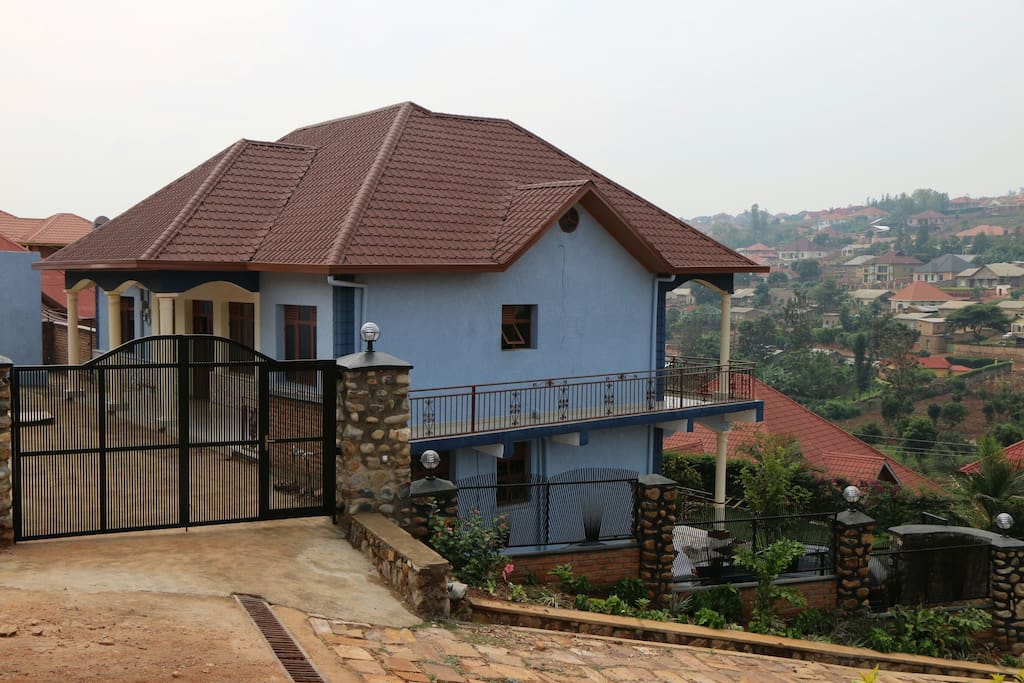 4 furnished rooms house, 3 bathrooms, equiped kitchen, a living room with a TV