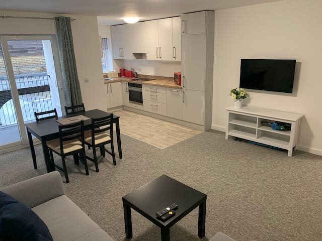 Flat 3, 2 bed, 2 bath, clean, bright & spacious.