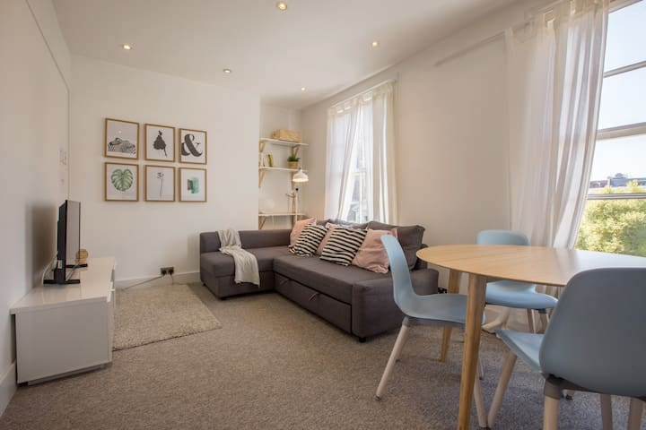 One bedroom apartment in Bayswater by Allô Housing