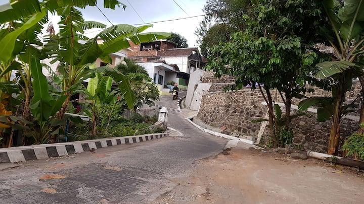 Wi-fi, Hot water, breakfast, kampung house.