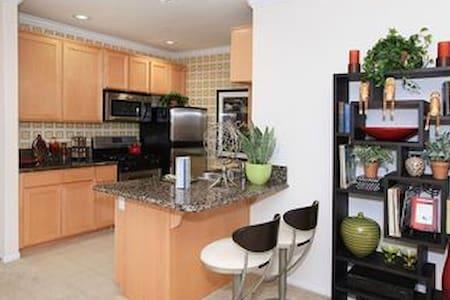 Colorful home - Claremont - Lejlighed