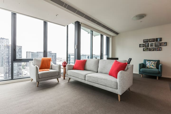 Light-Filled Corner Comfort on High Floor. Views.