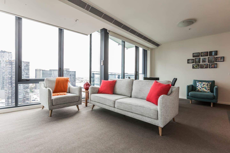 Spacious, light-filled, corner apartment on 25th floor