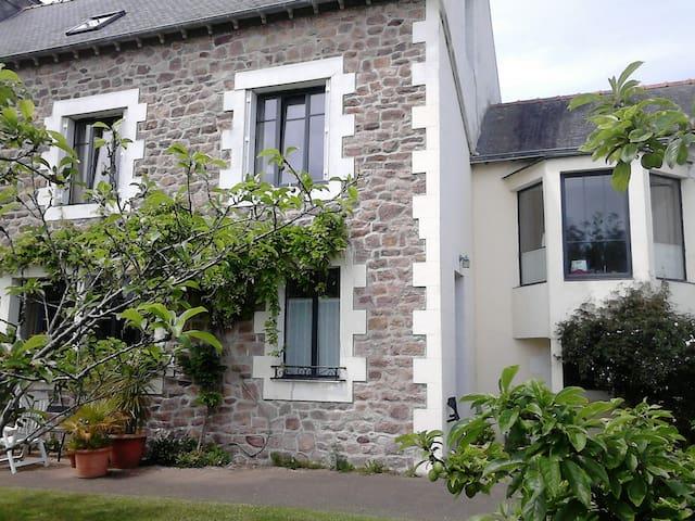 chambre cosy et petit salon avec bow-windows
