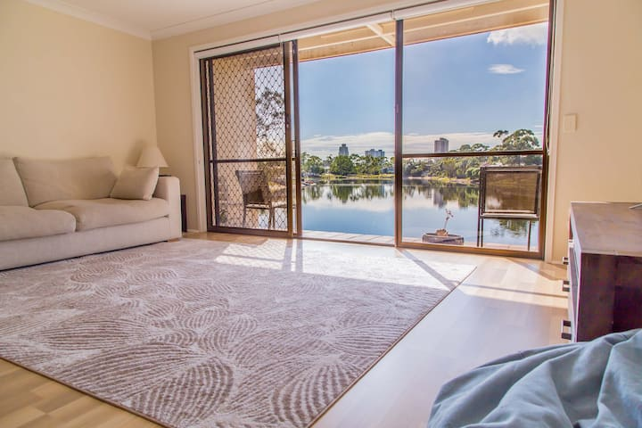 Peaceful waterfront townhouse - Burleigh Waters