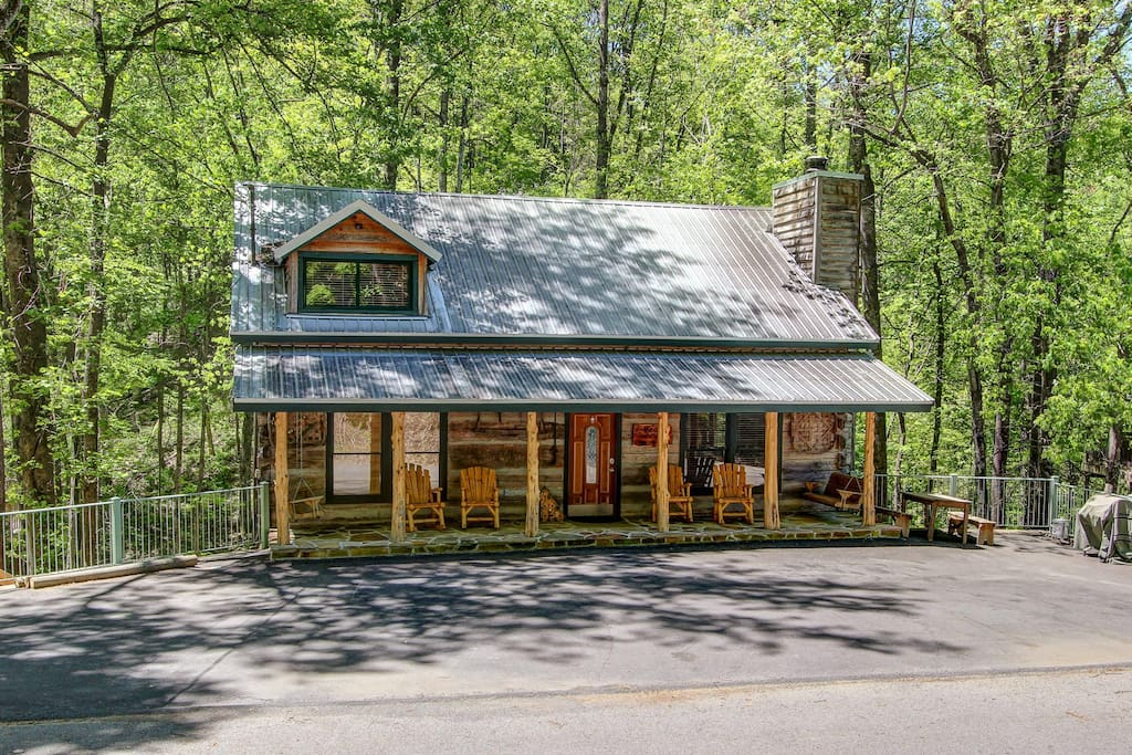 Great Location - Just 5 minutes to downtown Gatlinburg & the Smokey Mountain Park entrance