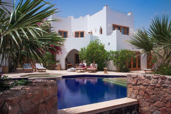 Red C Villas: Luxury 3-bedroom Villa & shared pool