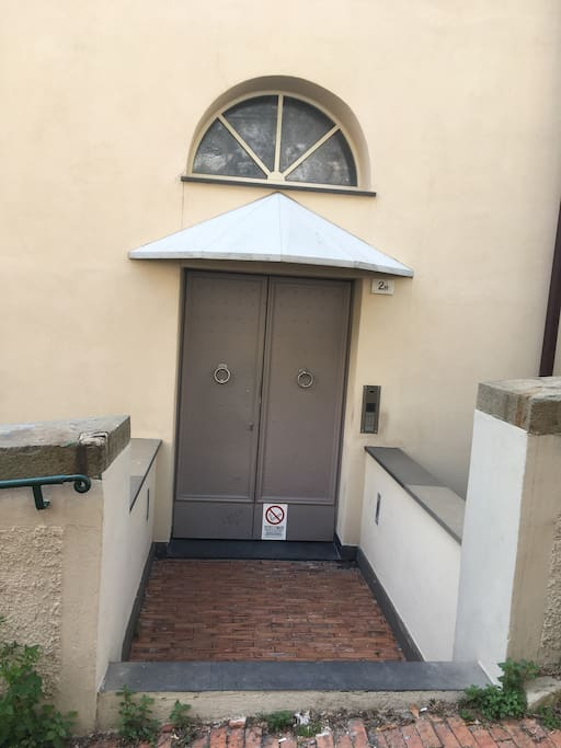 Il portoncino d'accesso da Via San Bartolomeo degli Armeni