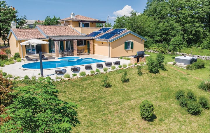 Holiday cottage with 4 bedrooms on 170m² in Rezanci