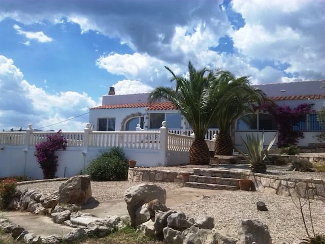 Exklusive Villa mit Pool in paradisischer Umgebung - El Perelló - Villa