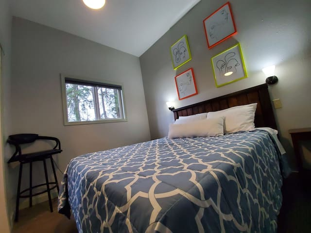 Serenity Suite, wooded area, wifi, kitchenette,