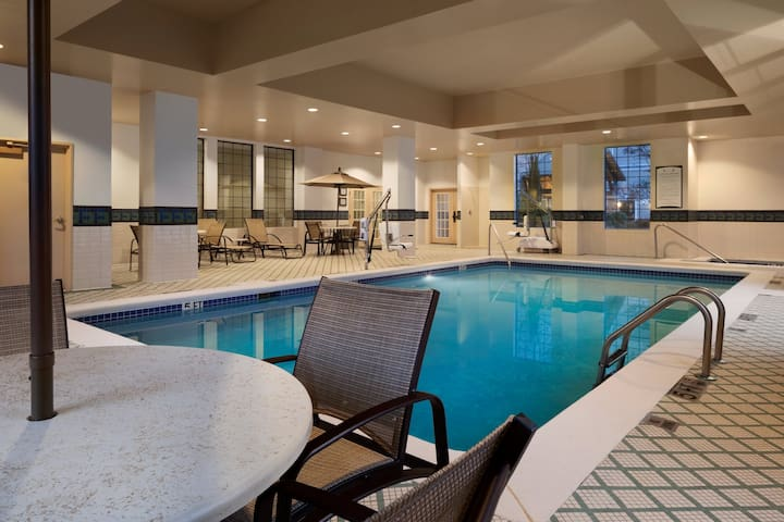 Queen Suite with FREE SHUTTLE | Free Breakfast + Pool Access