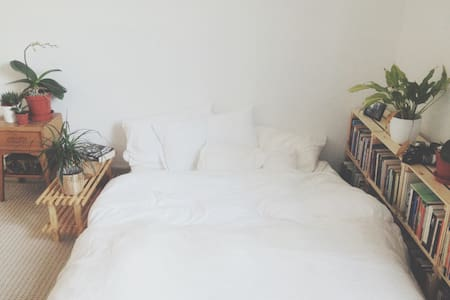 Large private double bedroom in Victorian house. - London